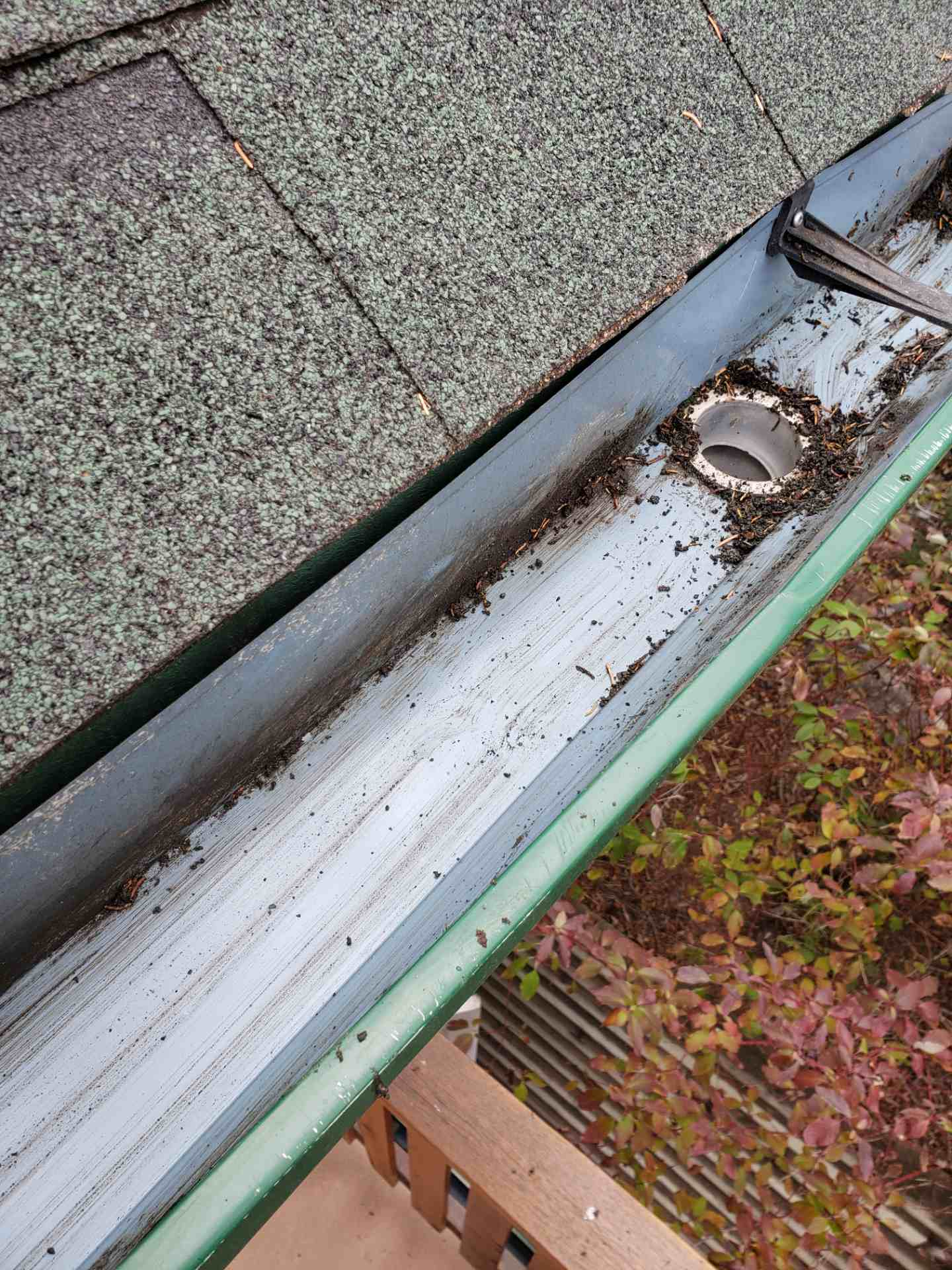 Eavestrough Cleaning 4